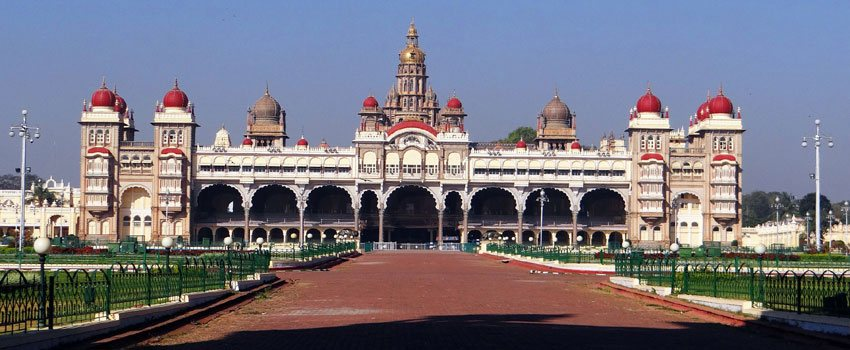 the famous indian monuments qutab minar taj mahal red fort